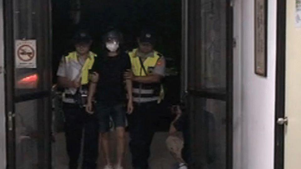 「你放開!」 警遭少年壓在地 路人急救援