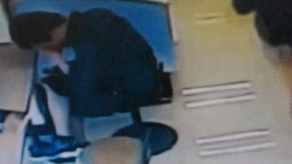 他怪怪的! 女機警反蒐證 揪漫畫店偷拍狼