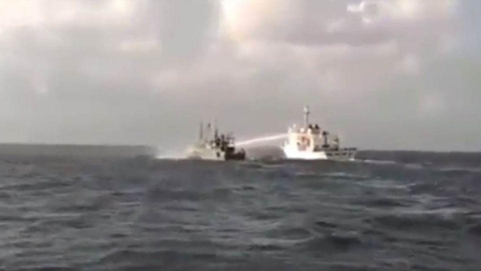 大陸漁船越界捕魚 遭海巡高壓水炮「洗臉」