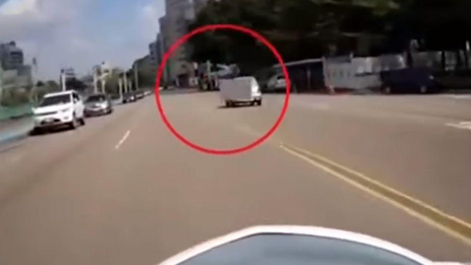 闖紅燈險撞女警 修女:「是你衝過來嚇到我」