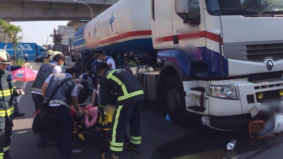 慟!高雄油槽車擦撞機車 8歲男童慘死母命危