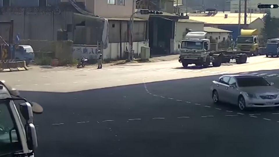 中油槽車右轉撞倒機車 母子遭輾雙亡