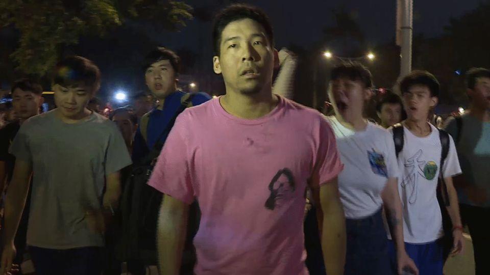 不滿七天假將被砍 抗議民眾衝立院與警爆衝突