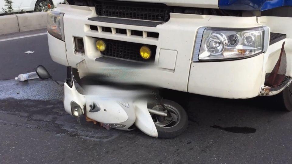 中油槽車撞倒機車 母子遭輾雙亡