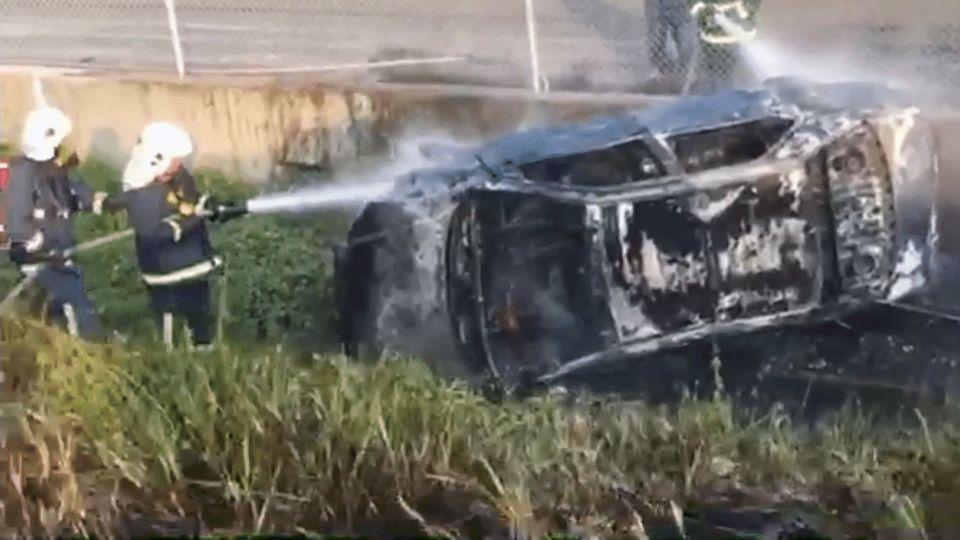 國道轎車衝落邊坡燒成廢鐵 情侶緊急逃生