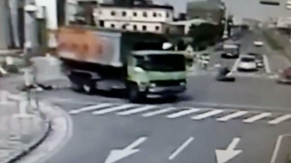 死亡劫差1公里到家!疑難逃「內輪差」 婦人遭飼料車輾斃
