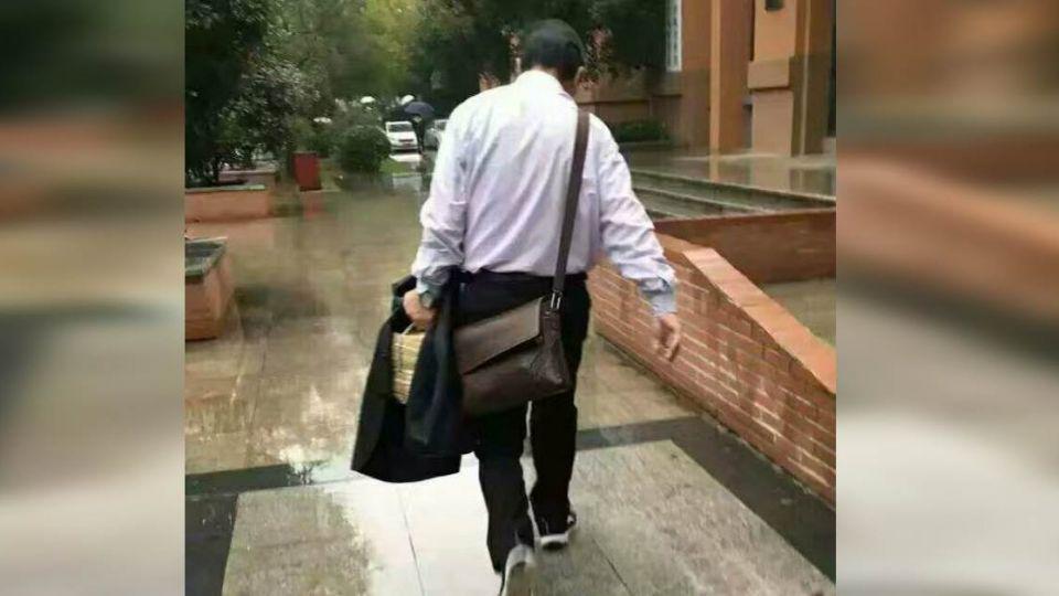 67歲老教授甘願淋雨 也要脫外套保護學生作業!