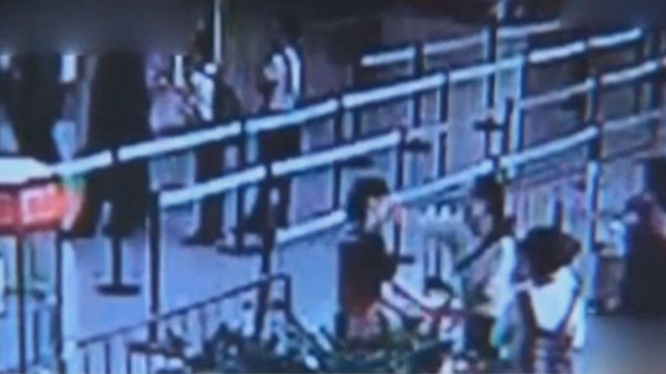 「這個行李不能帶要托運」 女強行闖關打聾安檢員