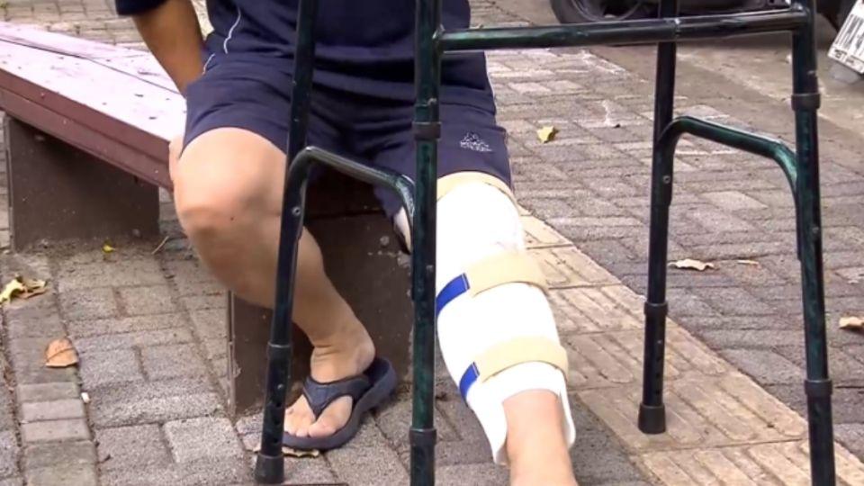 才剛踏出…公園地磚青苔害摔骨折 復健三個月
