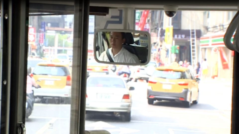 公車突發狀況多!乘客「沒吃飯」癱軟座位