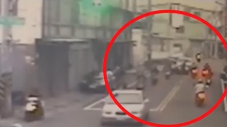 竊賊狂飆躲警撞2騎士 自撞遭壓制
