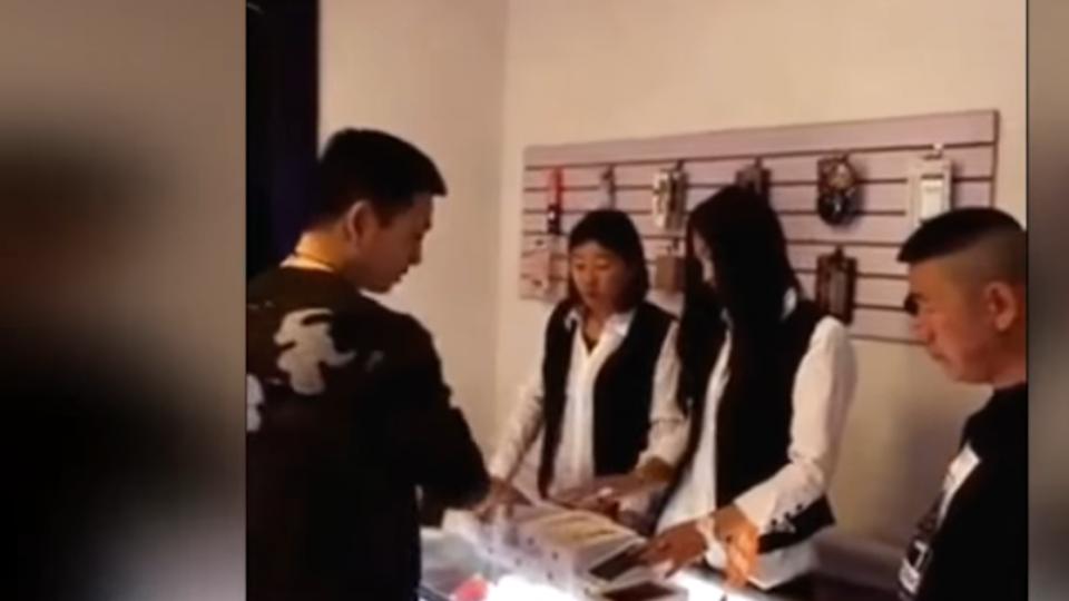 土豪花50萬人民幣幣買店 砸毀手機、敲爛店家