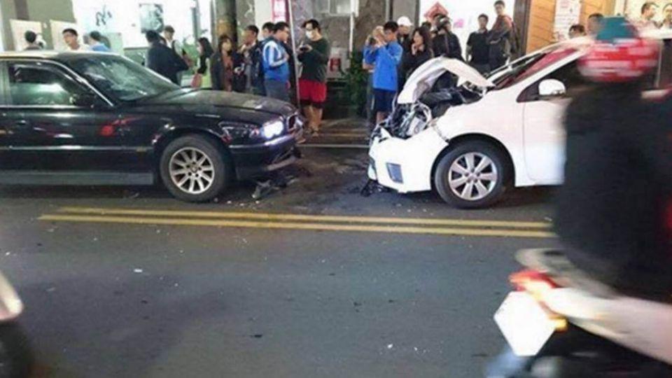 屁孩砸車踢到鐵板!BMW車主護妻小  霸氣撞爛豐田