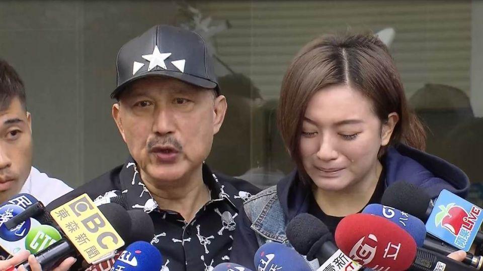 余天替李妍憬上銬脫衣搜身罵警 網友嗆:出門要帶腦