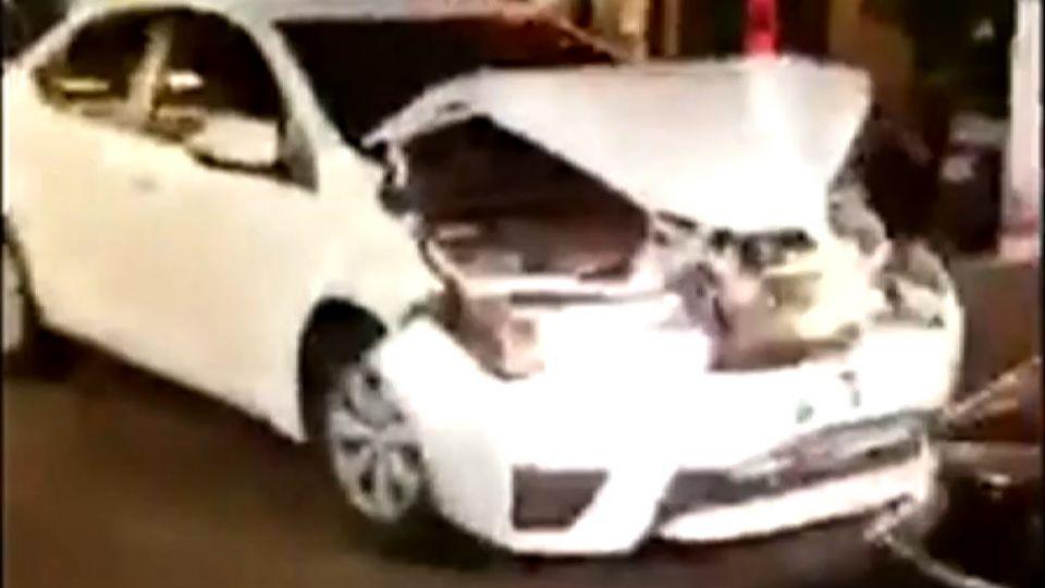 叭一聲…怒持棍砸車 被砸駕駛連4次衝撞回擊