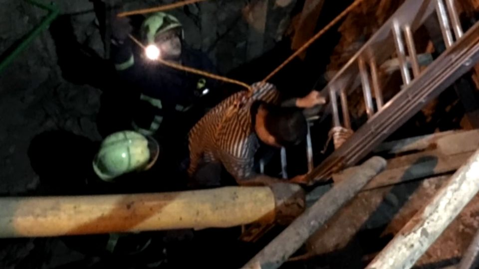 自投羅網!警局門口施工挖涵洞 酒駕男掉入送上門