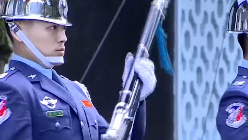 「為何衛戍兩個死的人?」 綠委要國防部撤禮兵