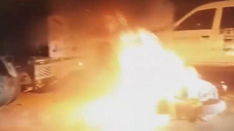 機車追撞卡車起火燃燒 騎士遭拉出嚇壞