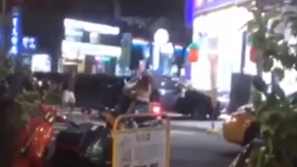台中兩車大街衝撞棍棒追打 民眾驚喊「有人開槍」