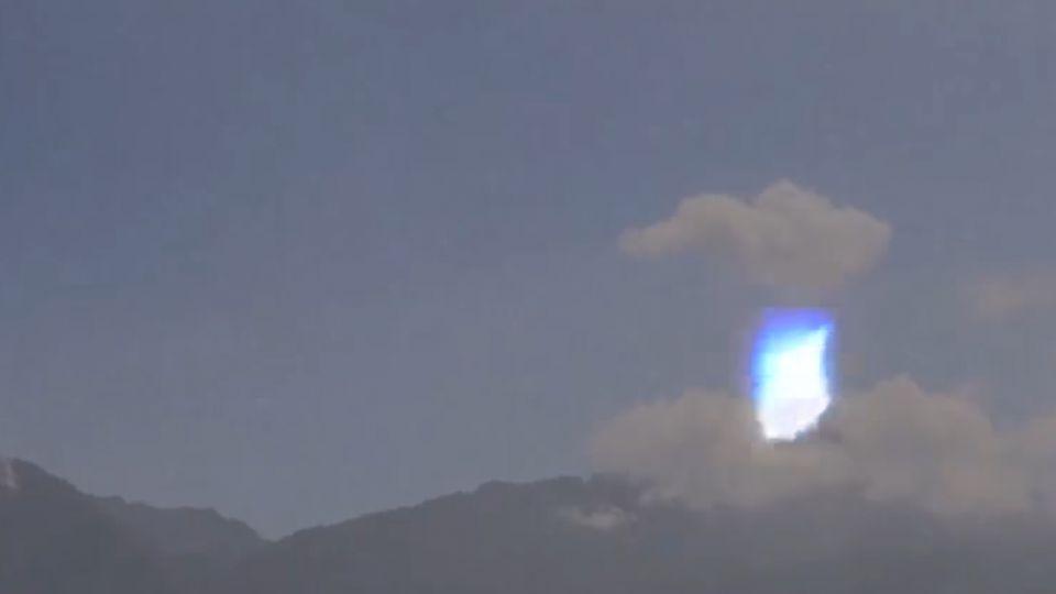 不明亮點飄移 攝影師清境夜拍 疑捕捉到飛碟