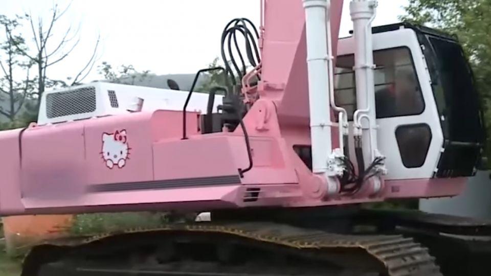 怪手也可以很可愛 「粉紅凱蒂貓車身」超吸睛
