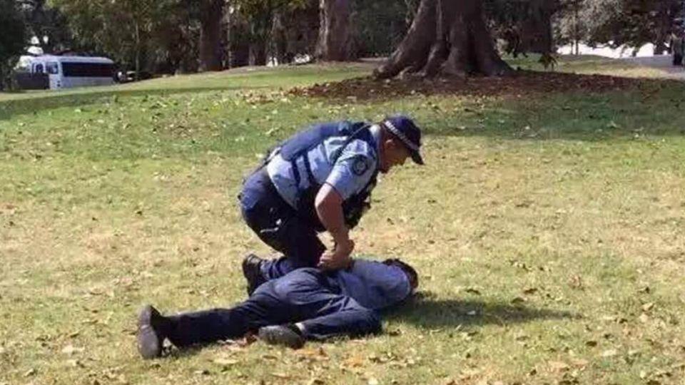 洗手間走3分鐘!觀光客遊澳洲隨地便溺 慘遭警「過肩摔」