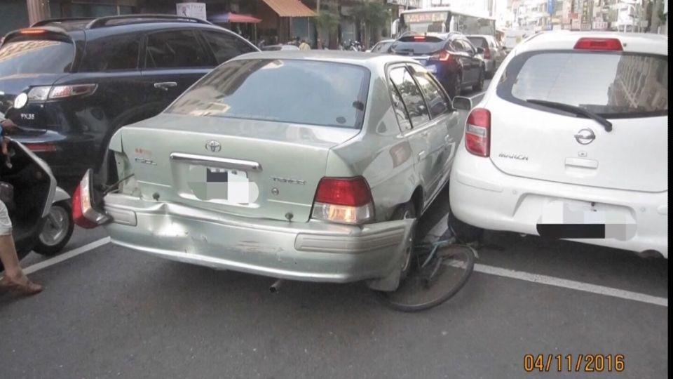 誤把油門當煞車 翁連撞六車 婦遭撞飛重傷