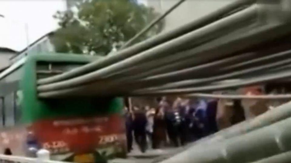 危險!貨車載10公尺長竹子 飛出刺穿公車