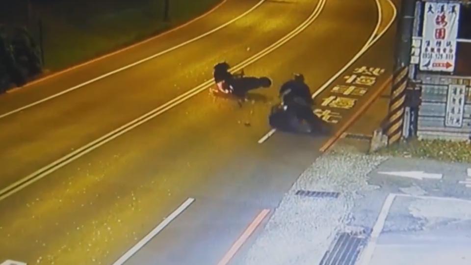 危!又見馬路三寶 跨越雙黃線逆向圖方便害車撞