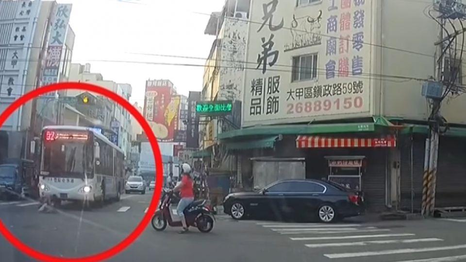 離譜假車禍! 男衝出躺車前 驚嚇公車司機急煞