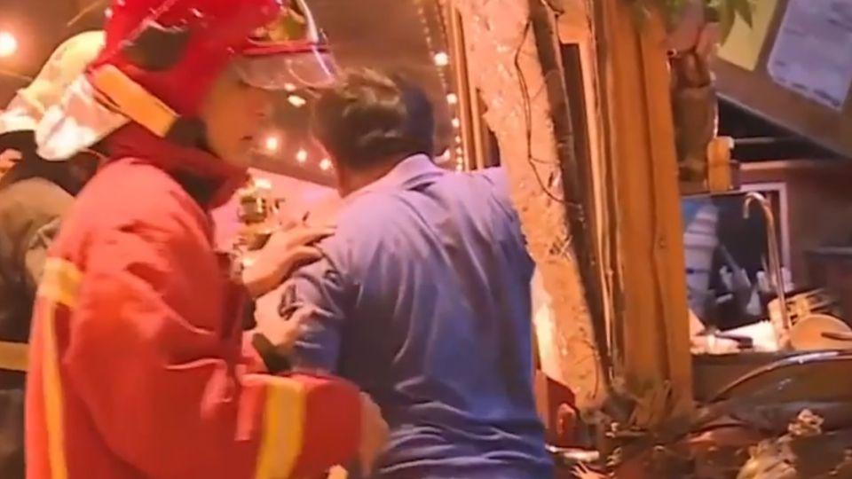 遊覽車國道追撞31傷 救護隧道內狂奔救命