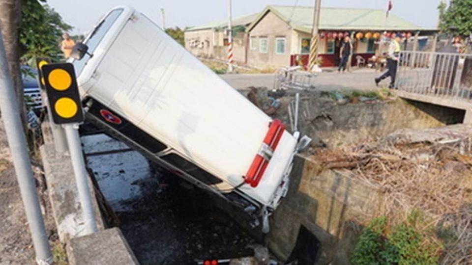 追違規車輛!救護車攔腰撞警車 病患當場死亡