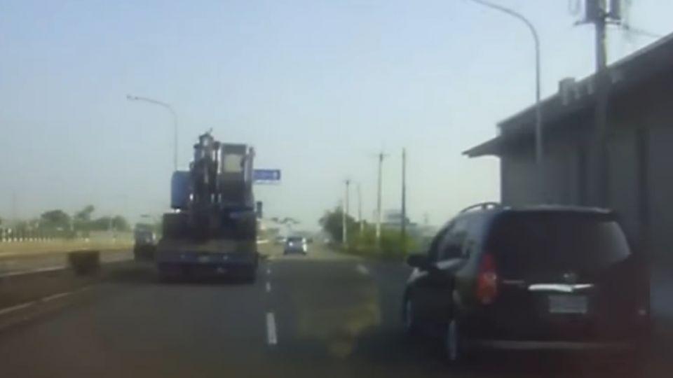 酒駕連撞兩車還想跑 警巧目擊攔車逮人