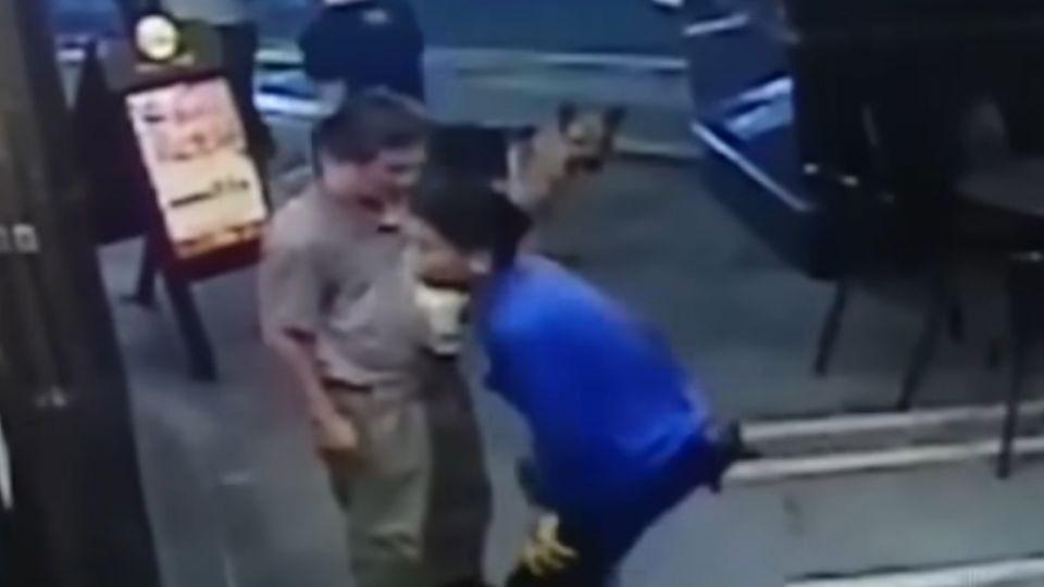 當街施暴!惡男拳打腳踢 狂毆頭 路人冷眼觀