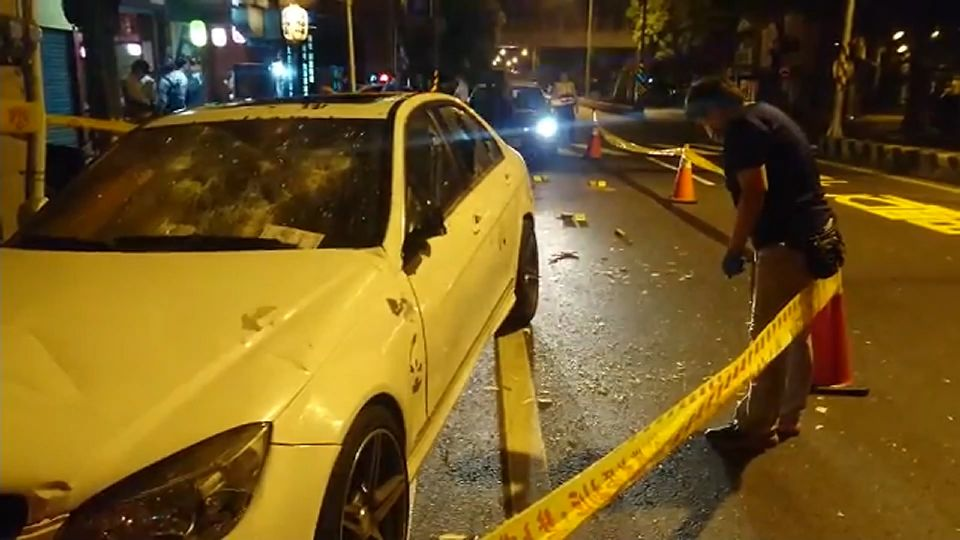 居酒屋暗夜槍擊! 遭轟4槍、店外百萬名車被砸