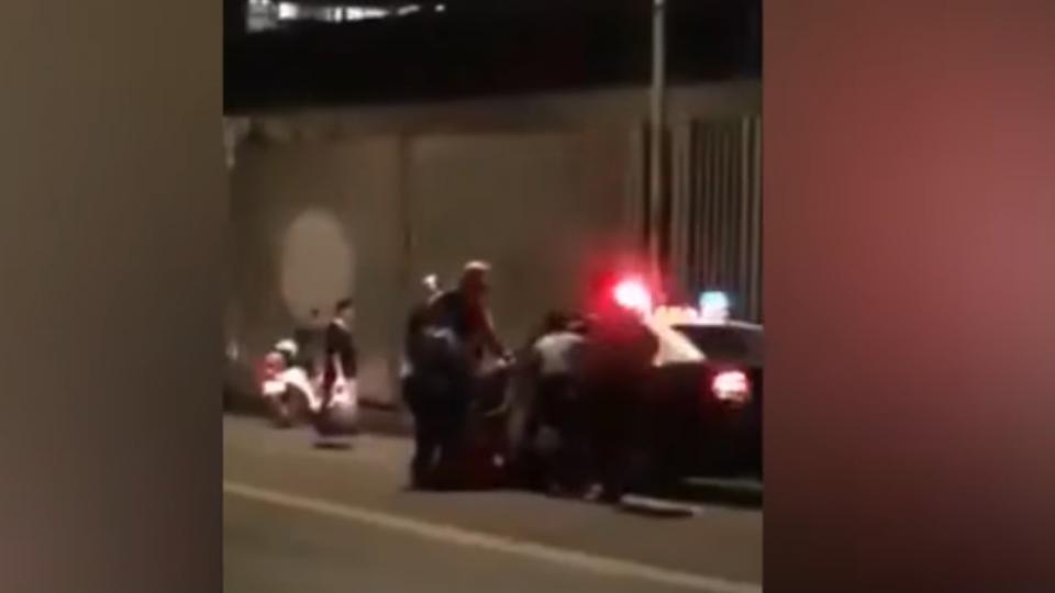 女拿安全帽毆男友 警調解遭打踹…連槍都被打掉