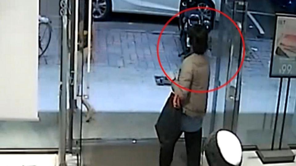 別人試衣她偷手機 警找上門嗆:我不拿別人也拿