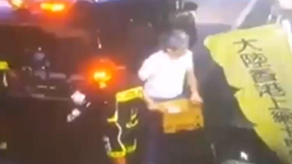 大批垃圾丟店家門口 環島自行車隊挨轟