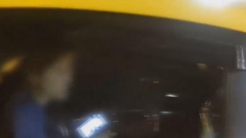 女搶快坐小黃 開車門撞到騎士…裝沒事滑手機