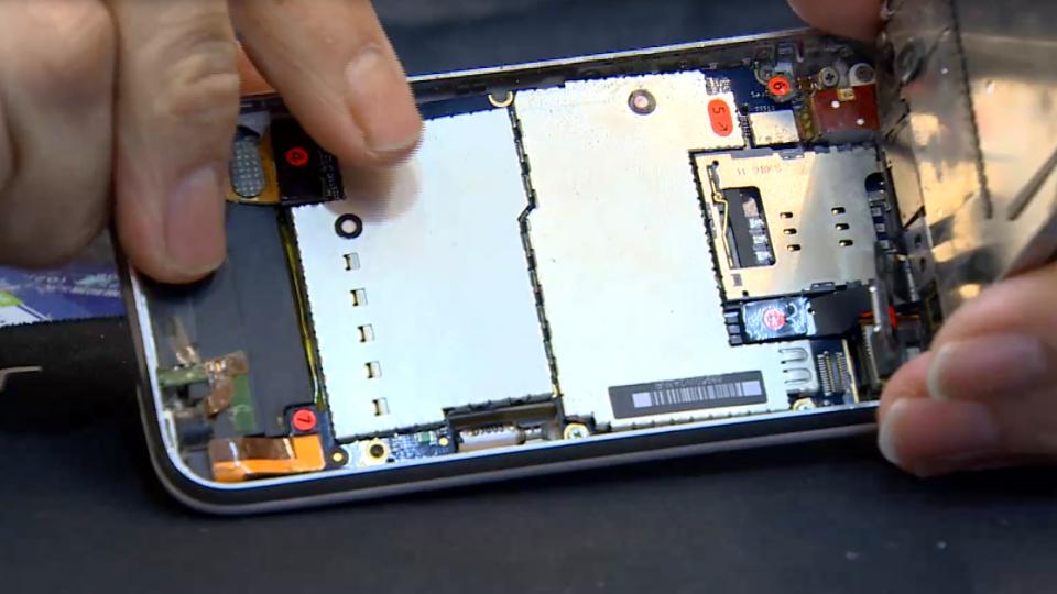 邊充電邊玩手機 小心電池易過熱膨脹