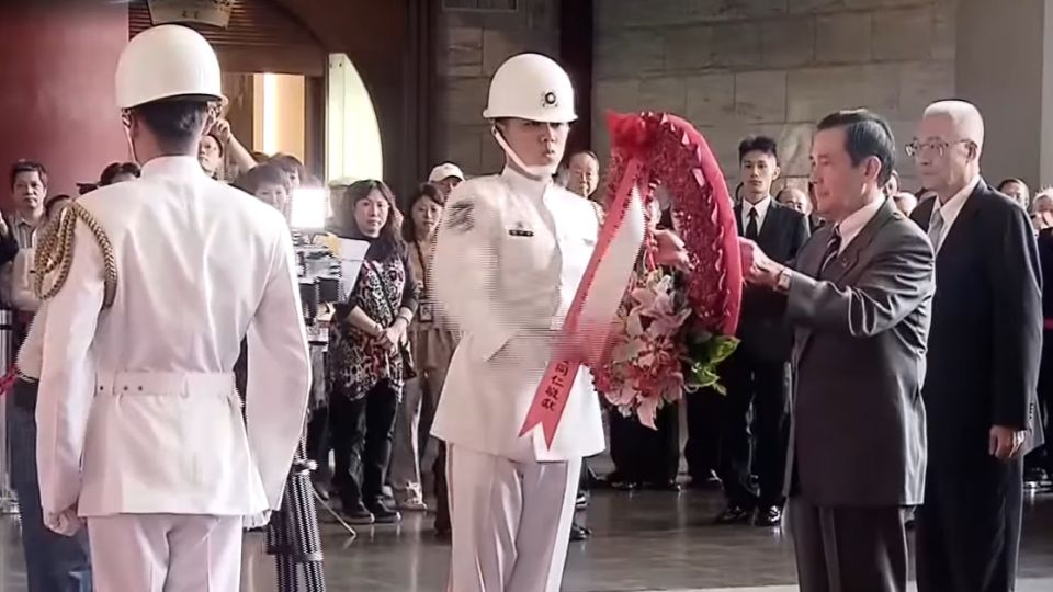國父誕辰紀念日 馬柱兩人前後向銅像致意