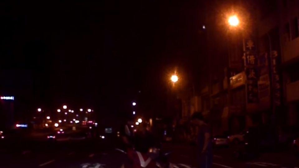 黃燈還硬闖... 綠燈直行衝太快  兩機車相撞噴飛