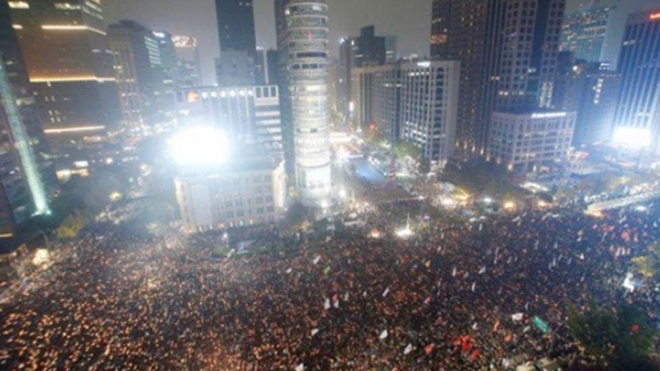 破紀錄的怒吼!200萬人上街倒朴 首爾街頭閃爍燭光成河