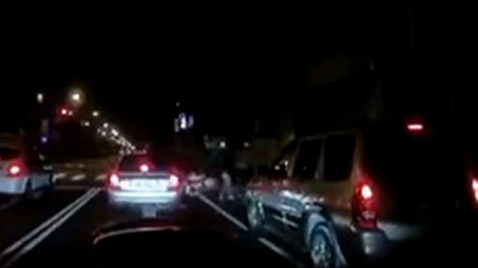 高屏大橋飆速亂換車道 男撞倒三台機車