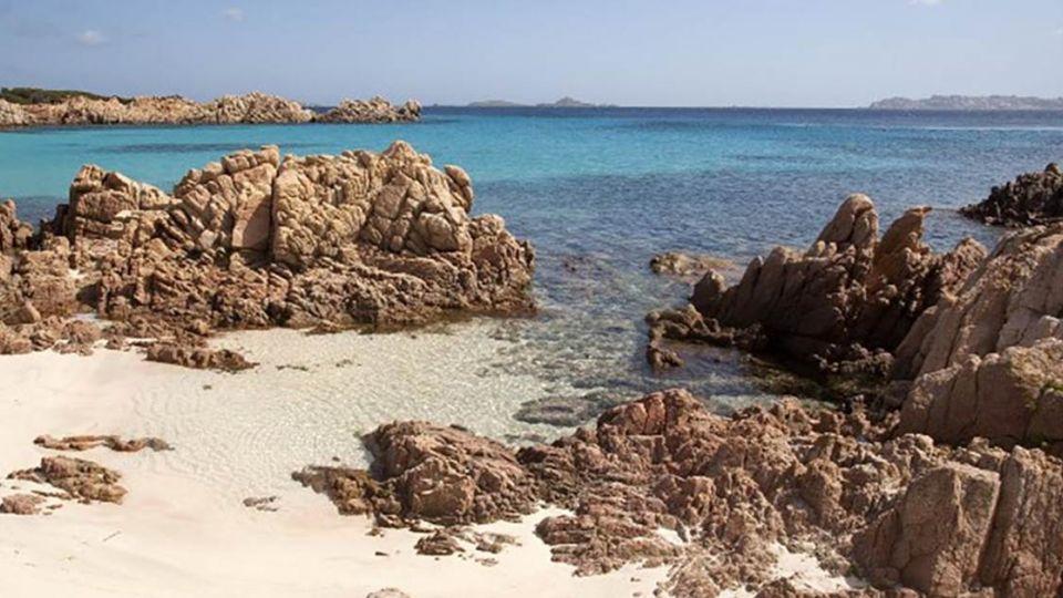 【端傳媒】粉紅沙灘的守護老人:整整27年,他是這座小島的唯一定居者