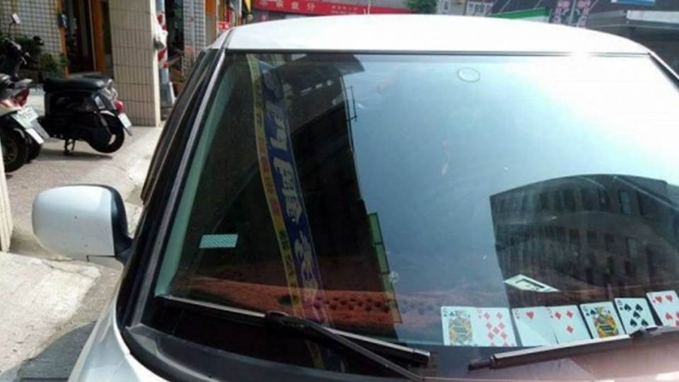 神創意!臨時停車沒紙筆 車主用「這個」留電話