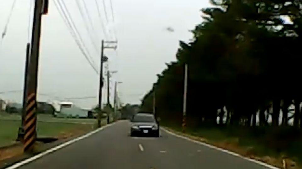「我閃哪他就閃哪」 兩台車閃避不及迎面撞