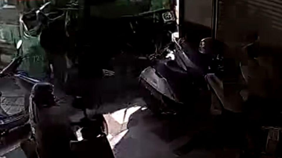 10秒刺耳煞車聲 貨車失控撞民宅