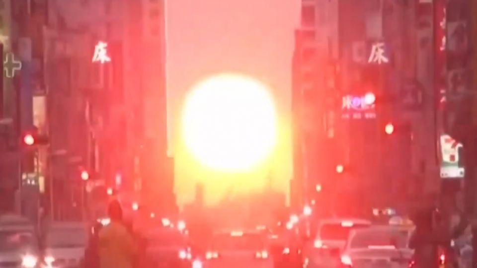 民眾搶拍高市青年路懸日 夕陽垂落街道中