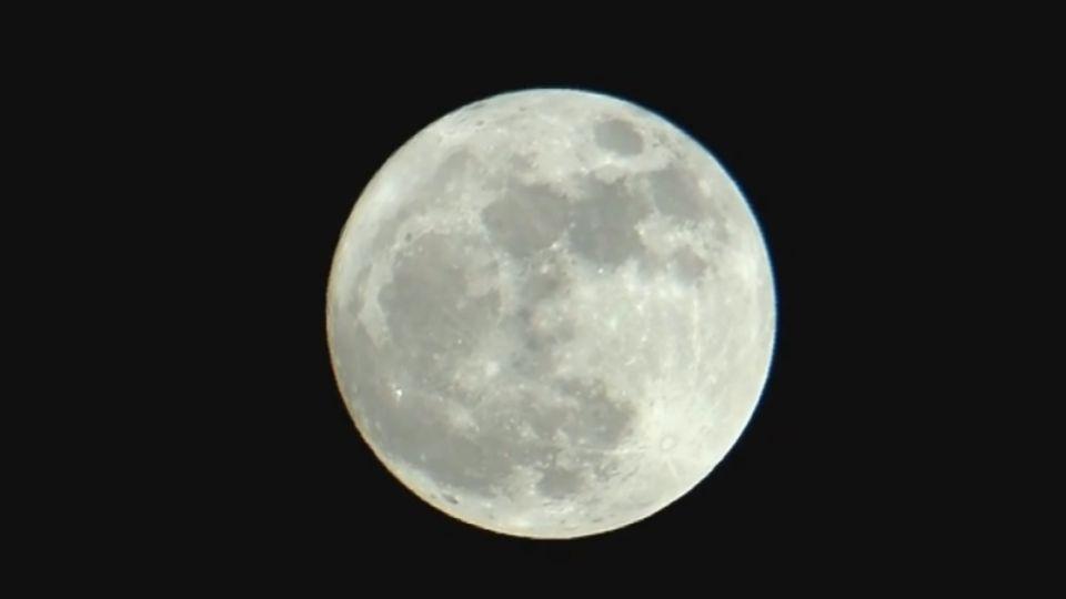 21:52抬頭看「超級月亮」 68年來最近地球!